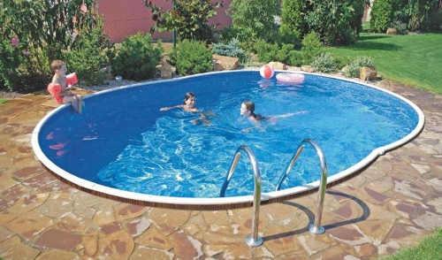 Zapuštěný ovalný bazén na zahradu