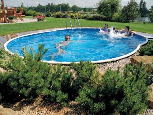 Zapuštěný ovalný plechový bazén na zahradu