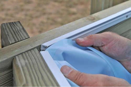 Uchycení bazénové fólie do dřevěného rámu