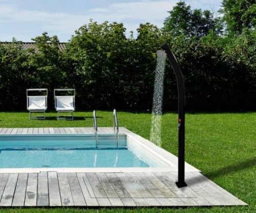 Zahnutá solární sprcha k zahradnímu bazénu