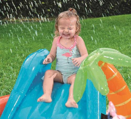 Skluzavka a sprška u dětského bazénku