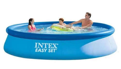 Nadzemní bazén s nafukovacím límcem dostatečně velký pro celou rodinu