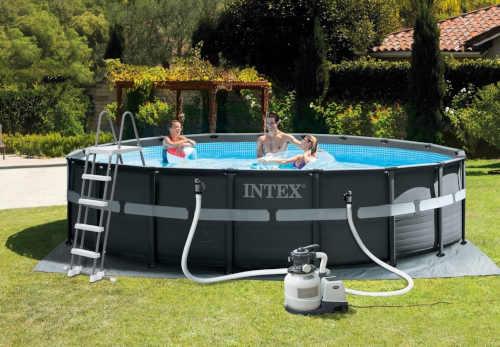 bazén s pevnou šedou stěnou