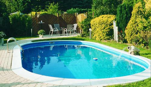 moderní bazén oválného tvaru
