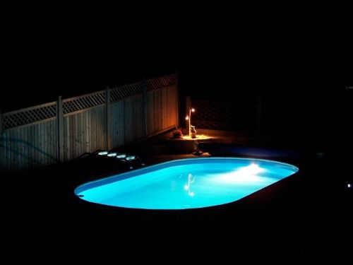 zapuštěný kvalitní oválný bazén
